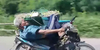 Gokil! Kakek Ini Nyetir Motor Sambil Tiduran