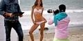 Cuaca Dingin, Alessandra Ambrosio Panaskan Pantai Malibu dengan Pose Bikini Seksi