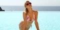 Liburan Bareng Kekasih, Paris Hilton Pamer Belahan Dada