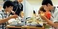 Anti Sosial, Mahasiwa di Jepang Makan Siang di Kursi Kesepian