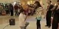 Melamar di Mall, Pria ini Malah Dipukul Gitar oleh Kekasihnya