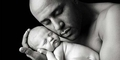 Bayi Lebih Suka Pelukan Ayah yang Gemuk
