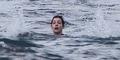 Foto Momen Menakutkan Anne Hathaway Nyaris Tenggelam di Hawaii