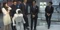 Robot Jepang ASIMO Tantang Obama Main Bola
