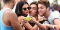 Selena Gomez Dicium Fans Pria Saat Foto Selfie