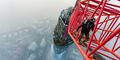 Niat Pecahkan Rekor, Pemuda Rusia Nyaris Jatuh dari Ketinggian 12 Meter