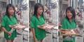 Video Gadis Penjaja Kue Pikat Pembeli dengan Suara Merdu