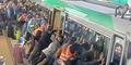 Video Puluhan Penumpang Dorong Kereta Demi Selamatkan Seorang Pria Terjepit