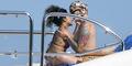 Foto Rihanna Cium Mesra Wanita Bertato, Lesbian?