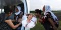 Foto Menteri Susi Pudjiastuti Gendong Orang Tua Menuai Pujian