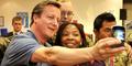 Foto Selfie PM Inggris David Cameron Bareng Penggemar