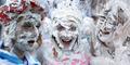 Foto Serunya Tradisi Mandi Busa Sabun Mahasiswa Skotlandia
