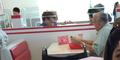 Masih Cinta, Kakek Ini Makan Siang Dengan Foto Almarhumah Istrinya