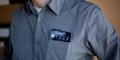 Peneliti Ciptakan Kemeja Pengisi Baterai Smartphone