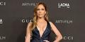 Foto Jennifer Lopez Pamer Belahan Dada Seksi di Los Angeles