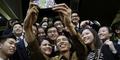 Jokowi Jadi Rebutan Teman Sekolah Kaesang untuk Berfoto Selfie