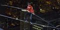 Nik Wallenda Pecahkan Rekor Dunia Berjalan Di Ketinggian 152 Meter dengan Mata Tertutup