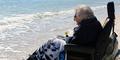 Nenek Ruby Holt Pertama Kali Lihat Pantai di Usia 101 Tahun