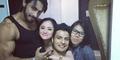 Foto Berpelukan Dewi Perssik, Thakur Anoop Singh & Vin Rana
