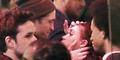 Foto Robert Pattinson-FKA Twigs Ciuman Mesra di Keramaian