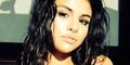 Berbikini, Selena Gomez Pamer Belahan Dada Seksi