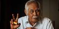 Kisah Sukses Bob Sadino: Jadi Tukang Batu Hingga Peternak Ayam