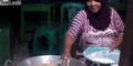 Video Ibu Menggoreng Pakai Tangan Kosong, Kebal Minyak Panas