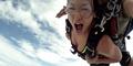 Video Wanita Terjun Payung Nyaris Disambar Pesawat