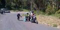Foto Polisi Bantu Dorong Pengendara Motor di Jalan Menanjak Tuai Pujian