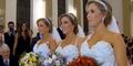 3 Wanita Kembar Identik Nikah Bareng, Pengantin Pria Bingung