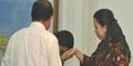 Aksi Menteri Yuddy Cium Tangan Puan Maharani Menuai Kecaman