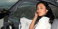 Aksi Pilot Cantik Indonesia di Kokpit