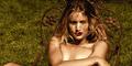 Foto Hot Rosie Huntington-Whiteley Bugil di Atas Rumput