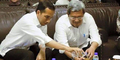 Foto Jokowi Tuangkan Air Minum Untuk Aher Bikin Netizen Ribut