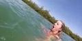 Gadis Ini Masih Sempat Selfie di Tengah Kejaran Hewan Laut