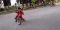 Keseruan Bocah Sulawesi Tirukan Gaya Rebahan Valentino Rossi