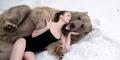 Model Seksi Rusia Nekat Foto Bareng Beruang