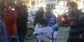 Reporter Gendong Anaknya Saat Bertugas Heboh di Socmed