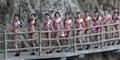 Seksinya Miss Bikini Tetap Sensual di Tebing 2.000 Meter
