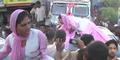 Kesal Digoda, Perempuan India Rusak Mobil Pejabat