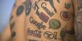 Tubuh Pria Ini Penuh Dengan Tato Logo Perusahaan