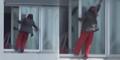 Wanita Pembersih Kaca Panjat Apartemen Tanpa Pengaman Bikin Merinding