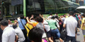100 Orang Dorong Bus Untuk Selamatkan Nenek Kecelakaan