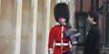 Begini Akibat 'Sok Akrab' Dengan Pengawal Kerajaan Inggris