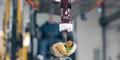 Pekerja Tambang Bikin Hotdog Pakai Ekskavator