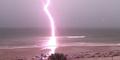 Rekaman Petir Menyambar Pantai dari Dekat