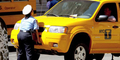 Tukang Pakir Wanita Perkasa, Angkat Mobil Dengan Enteng