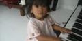 Video Angeline Main Piano Saat Masih Kecil