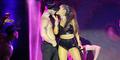 Foto Ariana Grande Cium Mesra Dancer Seksi di Panggung