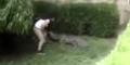 Gadis ABG Lompat ke Kandang Buaya, Nyaris Diserang